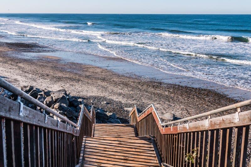 楼梯朝向下来对南卡尔斯巴德国家海滩 库存照片