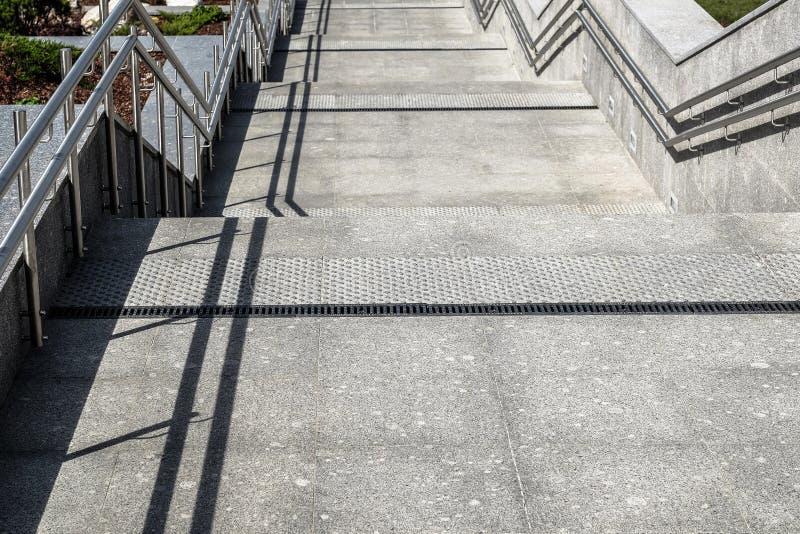 楼梯用有金属栏杆的花岗岩和大理石瓦片装饰 库存照片