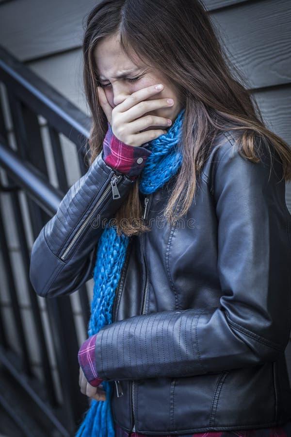 楼梯的年轻人哭泣的青少年的年迈的女孩 库存图片