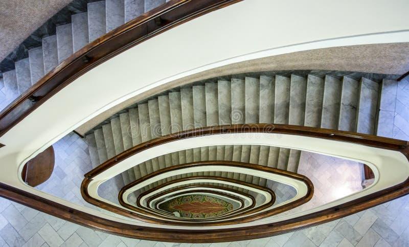 楼梯间大厦,在大厦里面的卵形楼梯 库存图片