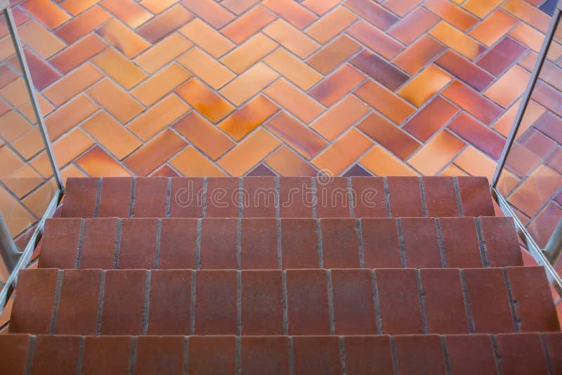 楼梯顶视图与棕色地毯,步行的通过底层,覆盖着的台阶,看在楼梯下的看法 库存照片