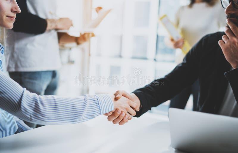 概念两工友握手过程 企业合作握手 在巨大会议以后的成功的成交在晴朗 免版税图库摄影