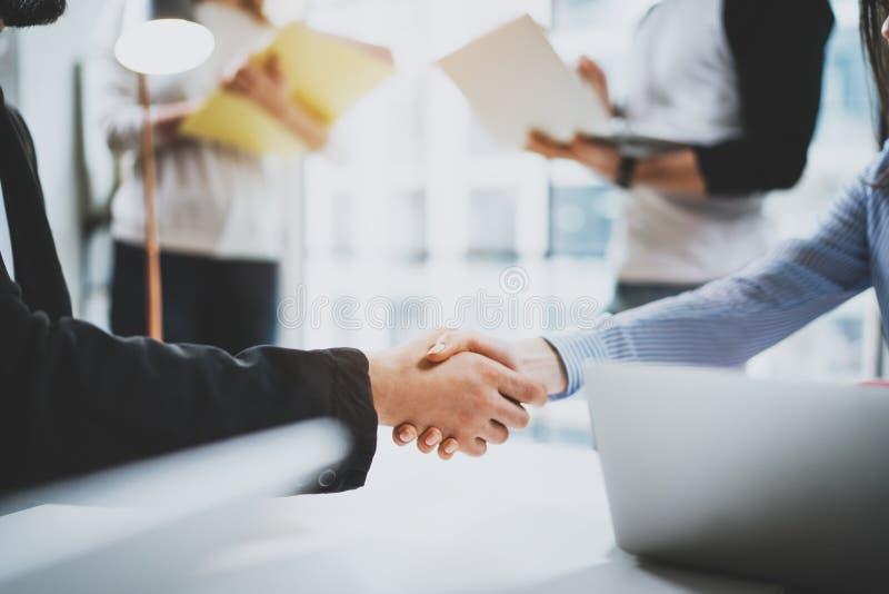 概念两工友握手过程 企业合作握手 在巨大会议以后的成功的成交在晴朗 免版税库存照片