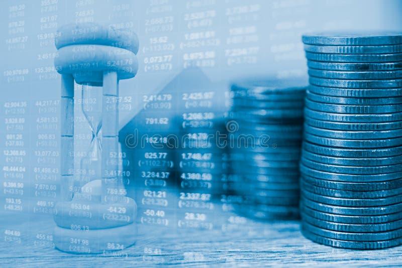 概念事务和财务 堆硬币和钟针 货币时间价值想法  库存图片
