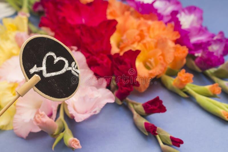 Download 概念亲吻妇女的爱人 有心脏的板材在花背景 库存照片. 图片 包括有 女性, 高雅, 春天, 对象, 重点 - 59102276