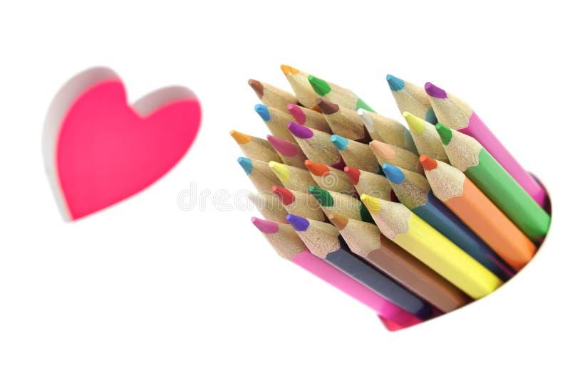 概念亲吻妇女的爱人 颜色铅笔,两爱心脏,白色背景 库存照片