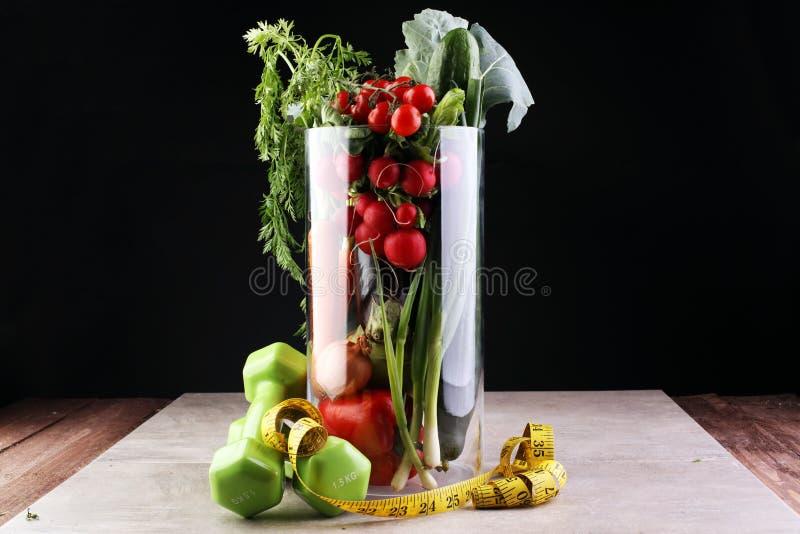 概念健康生活方式 测量的磁带炫耀健身设备和健康食物和汁液(水果和蔬菜, dumbells, app 库存图片