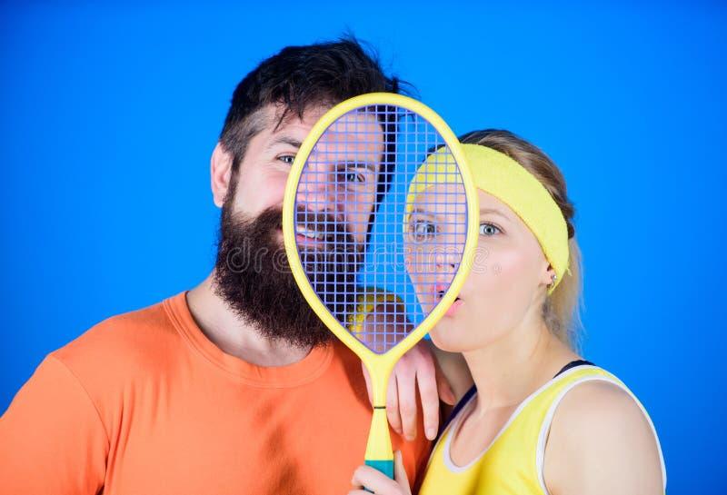 概念健康生活方式 爱上网球拍运动器材的男人和妇女夫妇 锻炼和健身 女孩 免版税库存图片