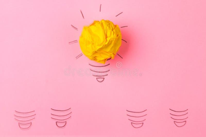 概念创造性的想法 创造性的想法的概念 压皱纸球和被绘的电灯泡在明亮的背景 隐喻,inspi 免版税库存图片