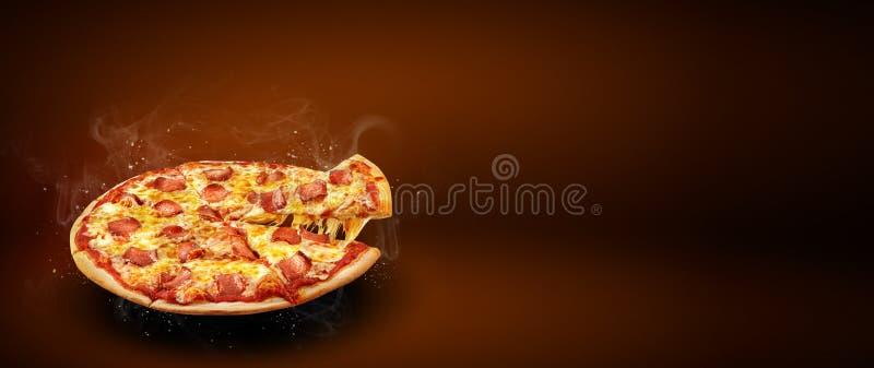 概念增进飞行物和海报比萨店菜单的用可口口味比萨意大利辣味香肠、无盐干酪乳酪和拷贝空间 库存图片