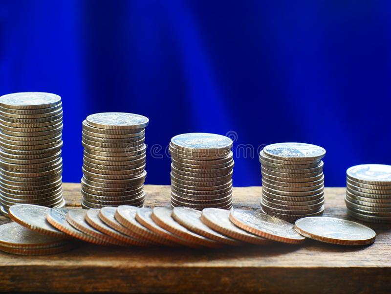 概念存金钱,在桌上的堆硬币 免版税图库摄影