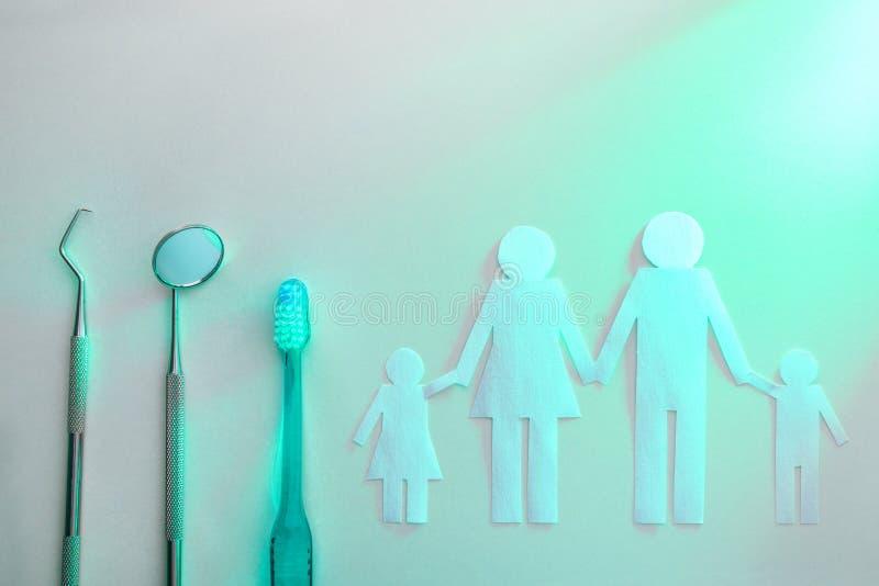概念家庭牙齿在与绿灯的白色台式 库存照片