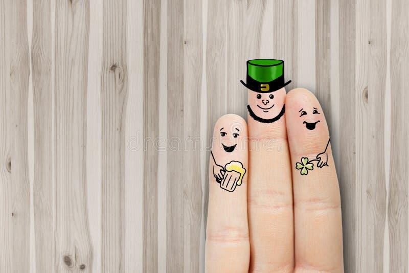 概念性手指艺术 朋友是拥抱和喝啤酒 库存照片