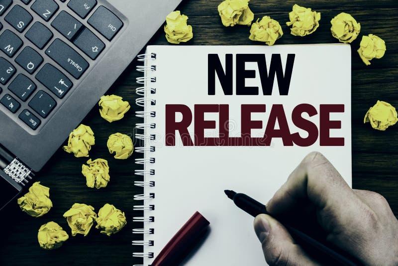 概念性手文字文本说明新的发行 技术在片剂膝上型计算机写的软件更新的企业概念, woode 免版税库存图片