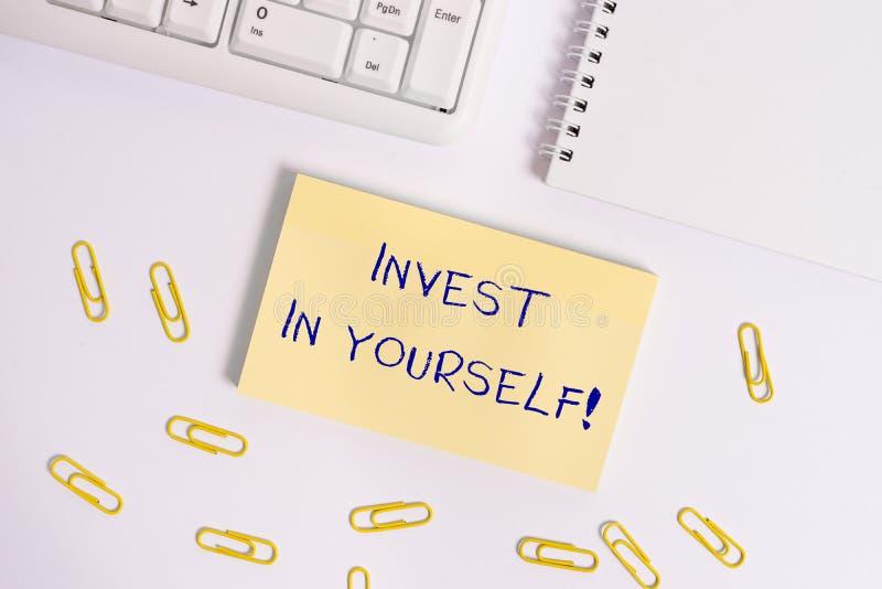 概念性手文字陈列在你自己投资 在教练或训练学会的企业照片陈列的nvesting 库存图片