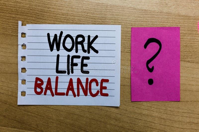 概念性手文字陈列工作生活平衡 企业照片工作或家庭和休闲丝毫之间的时间文本分部 免版税库存照片