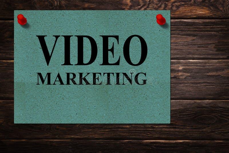 概念性消息'在绿皮书立场'写的录影营销作为木表面上的一个广告 库存照片