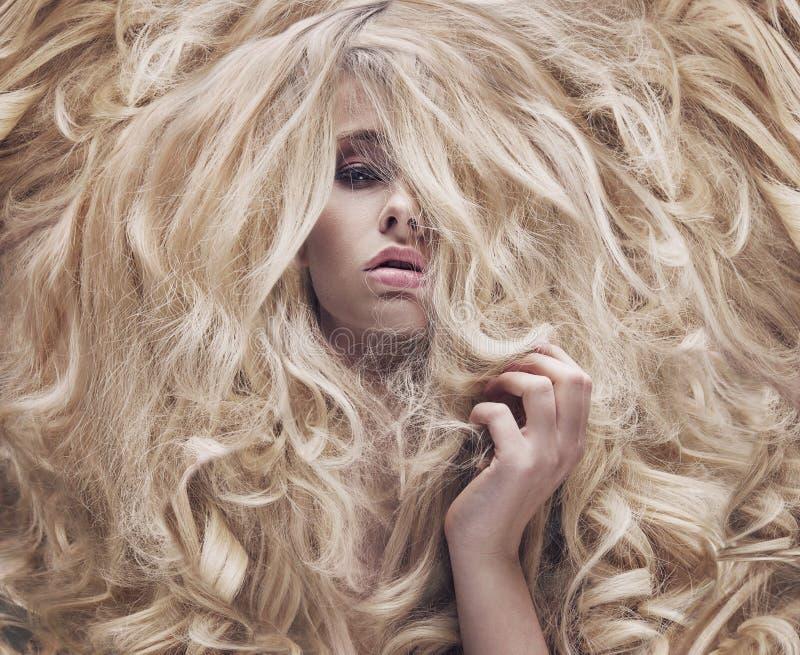 概念性照片有豪华的假发的妇女 免版税库存照片