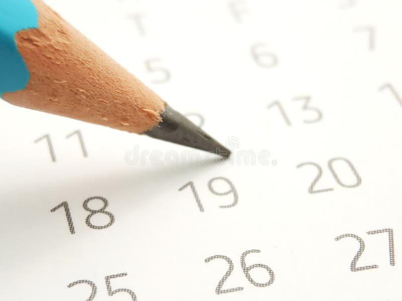 概念性简单的照片紧密,开始的例证能标记日程表使用否决在日历 免版税库存图片