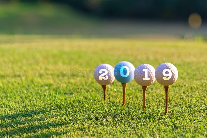 概念性高尔夫球的体育 新年快乐2019年 在发球区域的高尔夫球 图库摄影