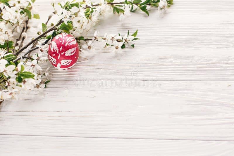 概念愉快的复活节 在土气木backg的时髦的被绘的鸡蛋 库存图片