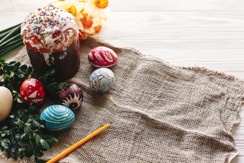 概念愉快的复活节 时髦的被绘的鸡蛋和复活节在wh结块 免版税库存照片