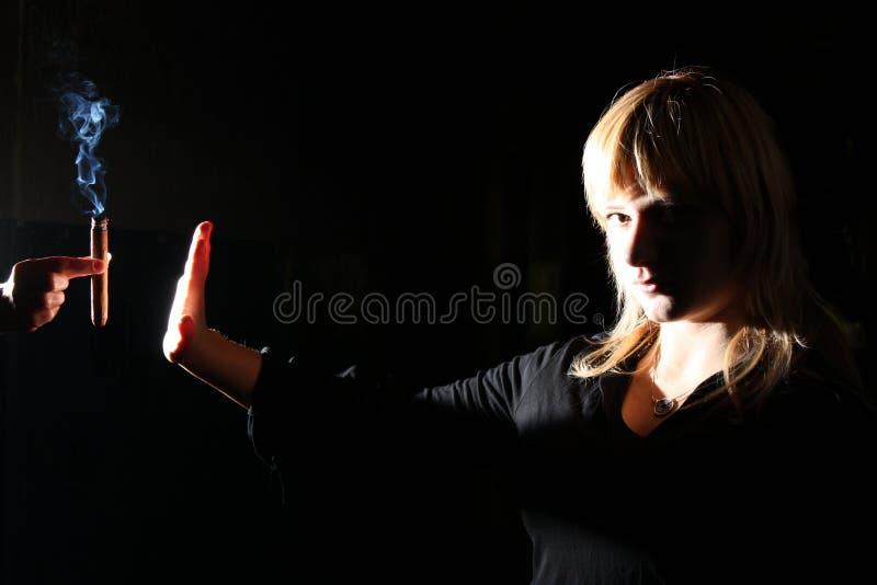 概念抽烟的终止妇女年轻人 免版税库存图片