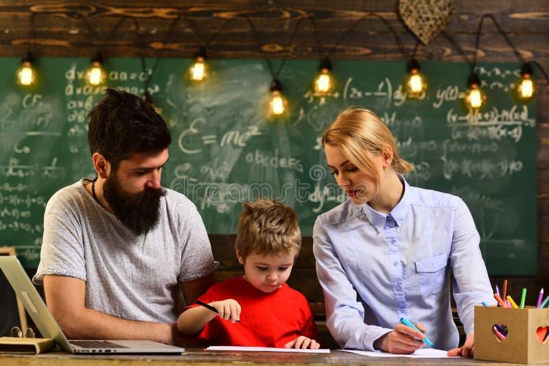 概念教育-回到绿色背景的,在断裂期间的微笑的成人学生学校在教室内部 库存图片