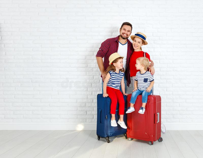 概念旅行和旅游业 带着手提箱的愉快的家庭临近w 库存图片