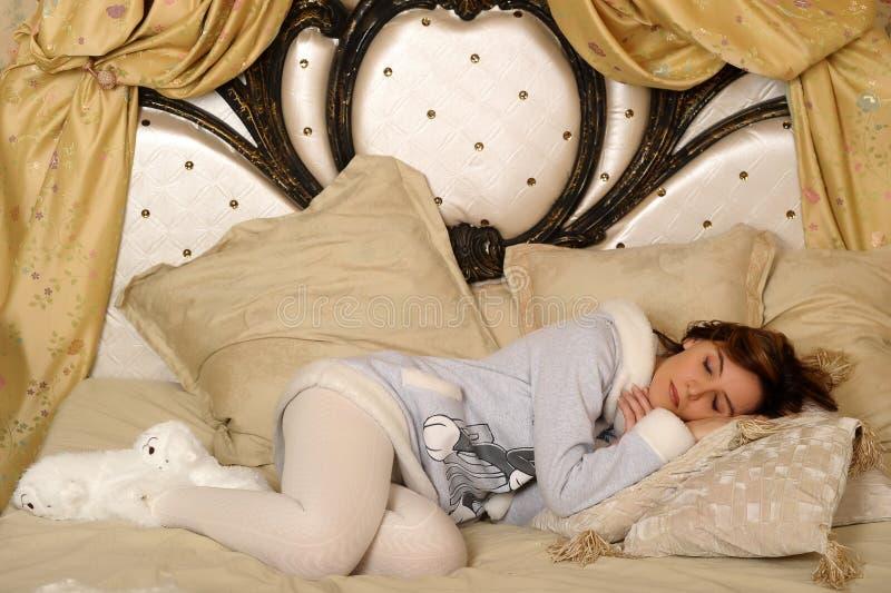 概念日采取妇女年轻人的休息休眠 免版税图库摄影