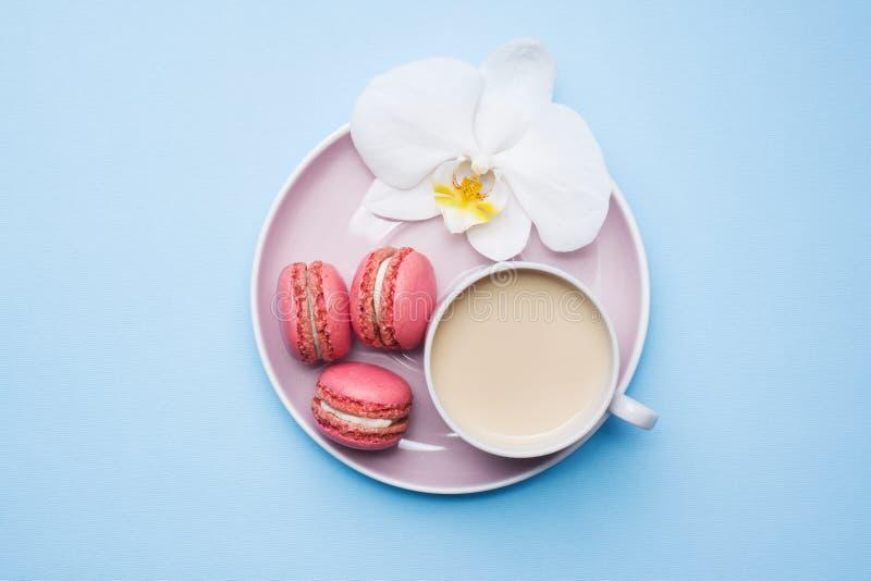 概念早晨早餐咖啡在蓝色淡色背景的蛋白杏仁饼干曲奇饼 r 库存照片
