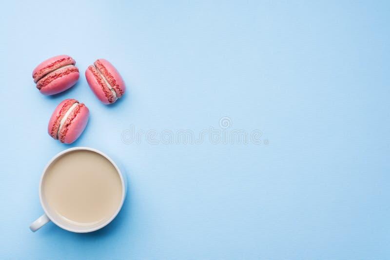 概念早晨早餐咖啡在蓝色淡色背景的蛋白杏仁饼干曲奇饼 r 库存图片