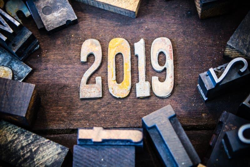 2019年概念木头和生锈的金属信件 免版税库存图片