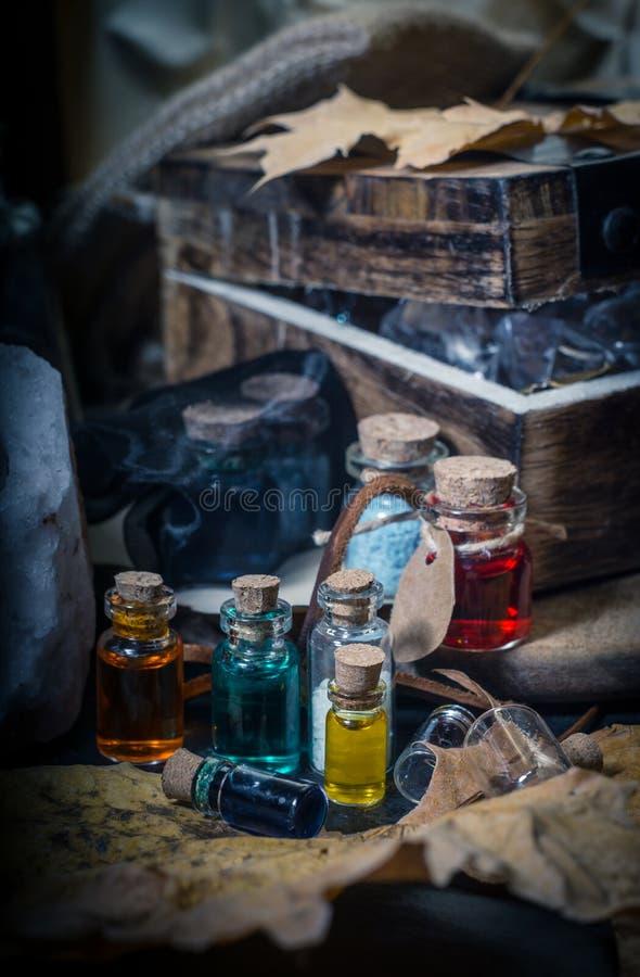 概念查出的魔术白色 在小瓶的不同的魔药 库存图片