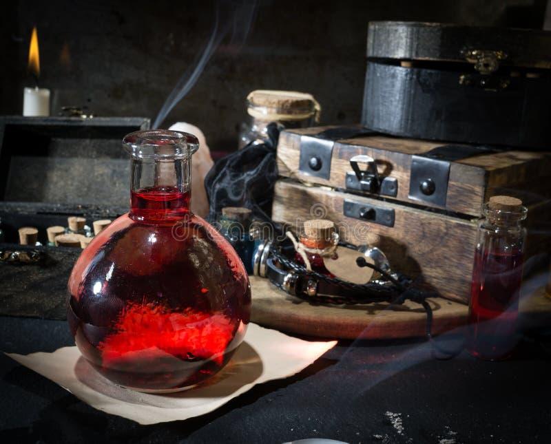 概念查出的魔术白色 在瓶的红色媚药 免版税库存图片
