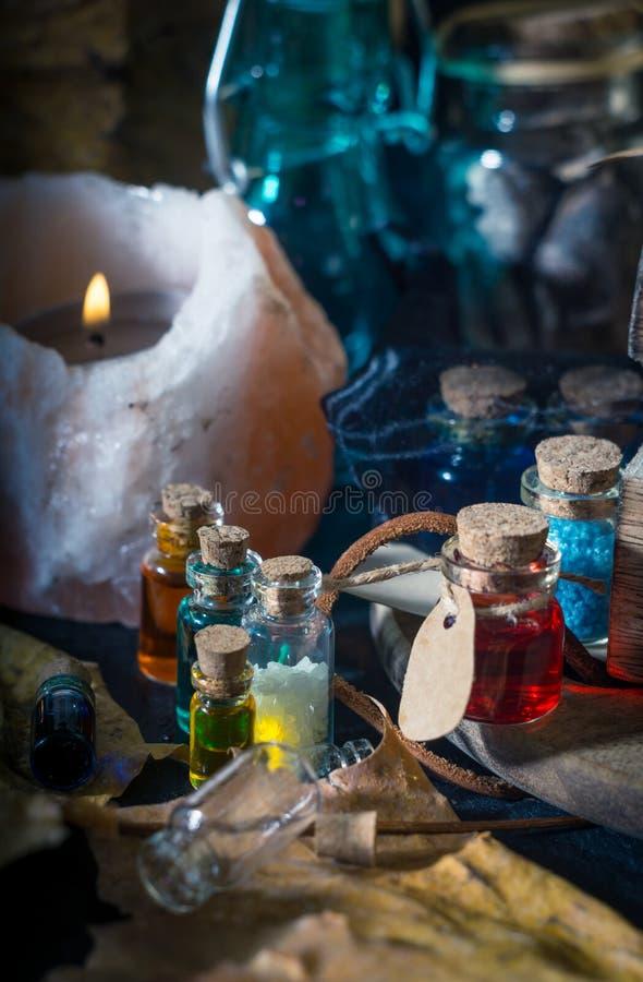 概念查出的魔术白色 在瓶的魔药 免版税库存图片