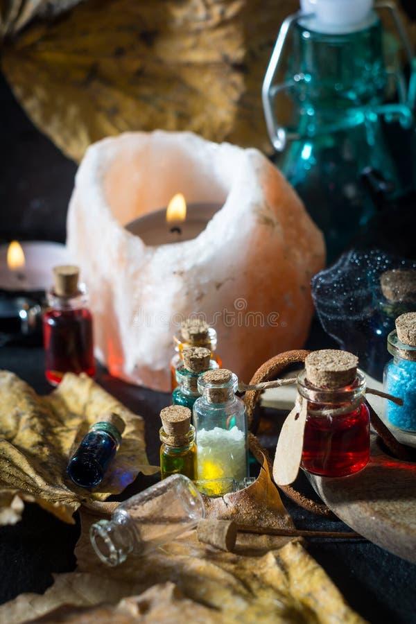 概念查出的魔术白色 在瓶的魔药 库存照片