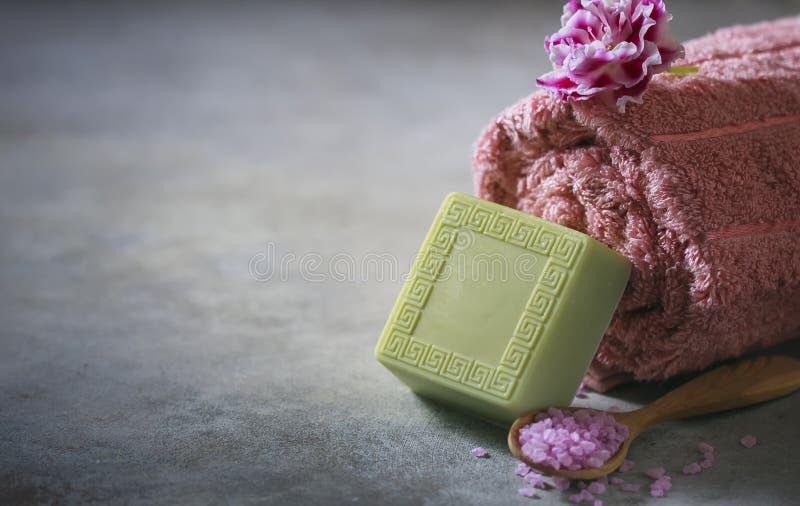 概念温泉 手工制造肥皂、毛巾、花和海盐 库存图片