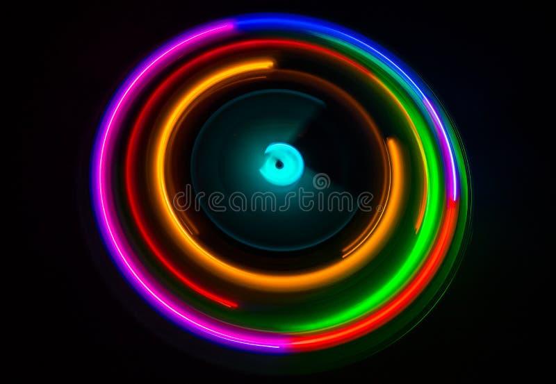 概念电吉他例证音乐 在黑暗的背景的Freezelight发光的演奏与发光的抽象线概念的乙烯基或转盘乙烯基在黑暗 免版税图库摄影