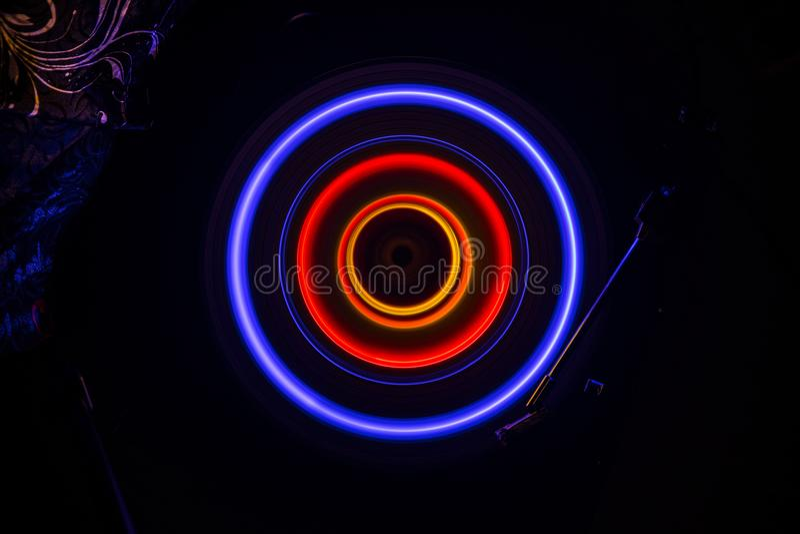 概念电吉他例证音乐 在黑暗的背景的Freezelight发光的演奏与发光的抽象线概念的乙烯基或转盘乙烯基在黑暗 图库摄影