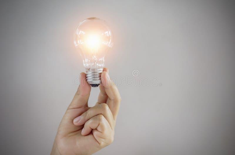 概念电灯泡手中妇女 免版税图库摄影