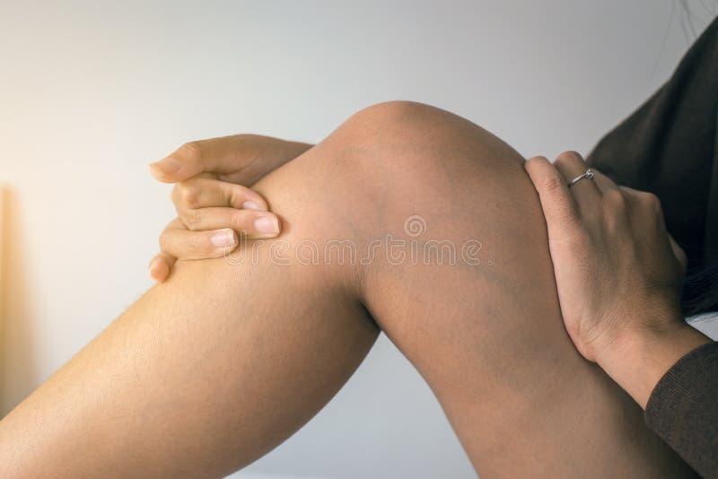 概念皮肤健康,静脉曲张特写镜头在妇女腿的 库存图片