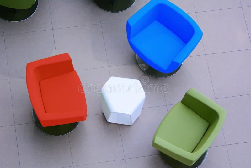 概念视图从上面绿色,红色和蓝色扶手椅子 免版税库存照片