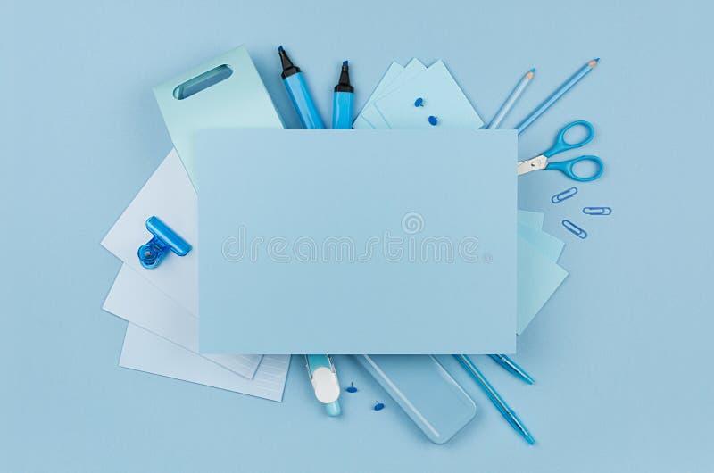概念设计师的-蓝色颜色办公室辅助部件和空白的信头艺术工作场所文本的在软的浅兰的背景 免版税库存图片