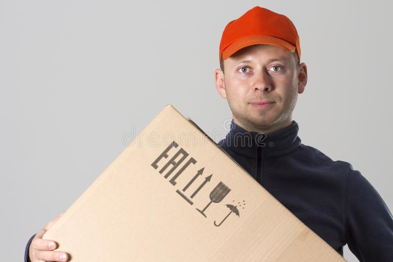 概念释放发运 传讯者有纸板箱的送货人在手上 图库摄影
