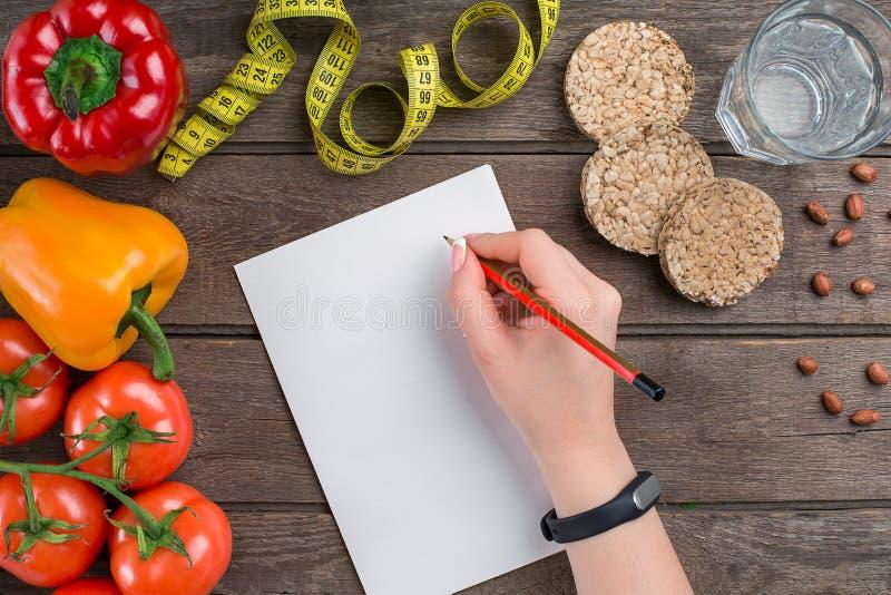 概念饮食,减肥与菜顶视图嘲笑的计划 免版税图库摄影