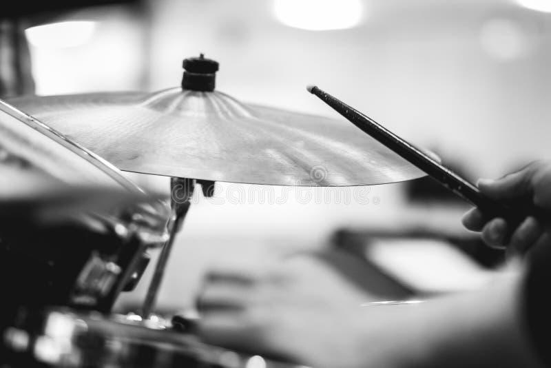 概念鼓手打鼓演奏岩石的音乐 免版税库存图片