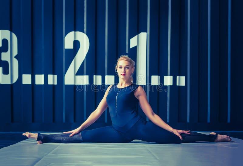 概念:力量,力量,健康生活方式,体育 CrossFit健身房的强有力的可爱的肌肉妇女 库存照片