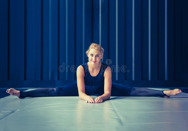 概念:力量,力量,健康生活方式,体育 CrossFit健身房的强有力的可爱的肌肉妇女 库存图片