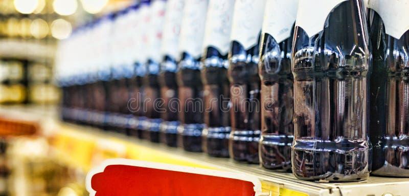 概念:在超级市场,行动,销售换 特写镜头:啤酒、酒或者饮料没有酒精在superma的架子 免版税库存照片